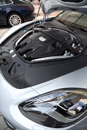 外観ではフロントヘッドライトが、ルマンに参戦するレースカー919ハイブリッドを彷彿とさせるものになった。カバー内におさまるドットタイプのLEDが特徴。4Sは2.9リッターV6ツインターボで440ps/550Nmを発揮。ターボは4リッターV8ツインターボで出力は550ps/770Nmと911ターボをも上回る。この新型からトランスミッションが全モデルで8段変速のツインクラッチ式のPDKになった。