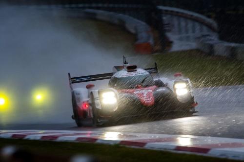 どんどん激しくなる雨の中、水しぶきを巻き上げ走る7号車トヨタTS050ハイブリッド(写真:Marius Hecker)