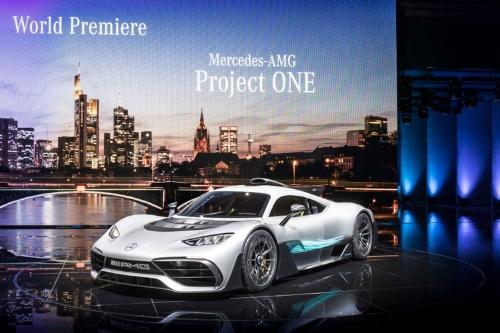 メルセデス・ベンツが東京モーターショーで展示予定のAMG創立50周年を祝したスーパーカー「メルセデスAMG プロジェクト ワン」。F1譲りの1.6リッターターボエンジン+ハイブリッドシステムを搭載、出力は1000馬力オーバー。限定生産で価格は3億円超とも噂されるが、すでに完売しているという。見たい方は東京モーターショー会場へ。いずれはGRカンパニーがこんなドリームカーを作ることにも期待したい。(写真:Daimler AG)