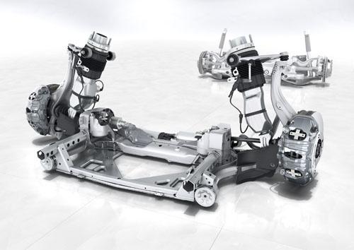 """新型パナメーラのシャシー図。フロントにはアダプティブエアサスペンションが備わり、911などで磨き続けてきた電子制御ダンパーコントロール機能「PASM(ポルシェ・アクティブサスペンション・マネージメントシステム)」を組み合わせる。さらにトルクベクタリング機能や電動パワーステアリングなどを含めて「4Dシャシーコントロールシステム」が車両全てのシャシーシステムをリアルタイムに分析、同期するという。サスペンションアーム類はアルミ製で鍛造品や中空品を部位によって使い分け、最適化。""""ブレーキ命""""のポルシェらしく、キャリパーの大きさは特筆ものだ(画像はオプションのカーボンブレーキ用でフロントは10ピストン!とか)"""