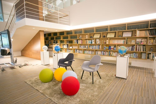 オープンスペースの各所に打ち合わせや作業ができるスペースがある