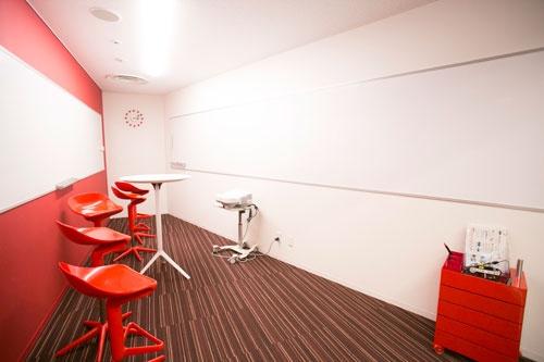 会議室のデザインは研究員のアイデアも採用されている。「いつもと違う感覚」が味わえる、奥に行くほど狭くなる会議室はこちら
