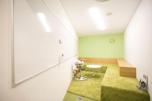 靴を脱いで「芝生の上」感覚の会議室はこちら