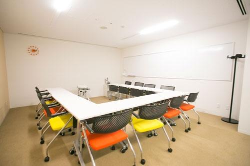 長机ではなく、机は1人分ずつ。並び方を自由に変えられる会議室はこちら