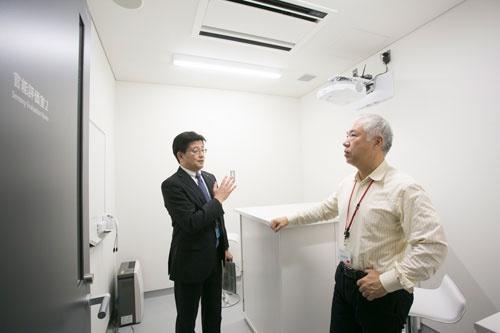 中原光一上席研究員(左)に基礎研究について聞きます