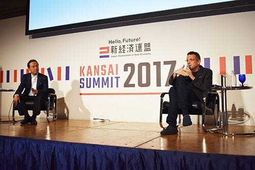 ソースネクストの松田憲幸社長(左)