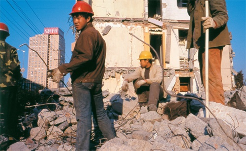 上海万博の会場になる場所でビルを取り壊す農民工たち(2005年、写真=山田泰司)