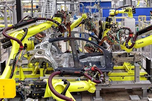 フロント、リア、フロアパンを組み合わせるとアンダーボディになる。鉄とアルミ部材を組み合わせるため溶接技術は使えず、1台あたりに使用される接着剤の総延長は216mにも及ぶ。さらにアンダーボディにサイドパネルを組みあわせていく工程では、高速でボルトを回転することで材料を熱して異なる素材をくっつけるフロー・ドリル・ボルト(FDSボルト)や、また異素材を結合可能な空洞のセミチューブリベットなどが使われる。