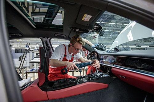 アッセンブルのラインではこの新型パナメーラをはじめ、SUVのカイエンとマカンが同じラインを流れている。クラウドで集中管理されたデータによって、世界中から入る受注オーダー順に車両が流れていく。ハンドル位置など仕向地よる違いや、こうした写真のようなオプションの赤いレザー内装など、同じ車両が2台と続くことはない。