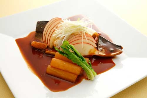 「『サバの味噌煮』、リンゴ、ショウガ、冬野菜添え」