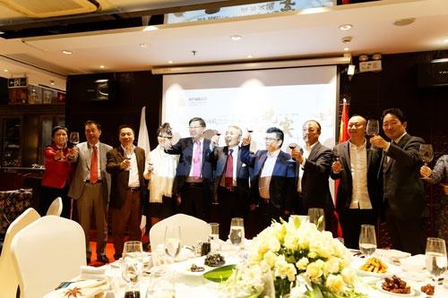九州経済連合会と新滬商連合会の会合。左から6人目が九州経済連合会の麻生泰会長(麻生グループ代表)