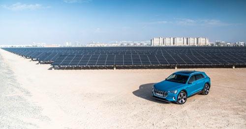 マスダールシティは本来であれば2015年に完成予定だったが、リーマンショックなどの影響で計画が大幅に遅れており、2025年あたりの完成をめどにいまも建設が進められている。近隣には約5万人の都市に電力供給を行うため約9万枚ものソーラーパネルが設置されている。