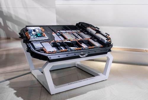 床下に収まる容量95kWh、36のセルモジュールからなるバッテリー。衝突時の保護のためアルミ押し出し材の強固なフレームに覆われている。重量はなんと700kg! ボディ剛性アップにも貢献している。