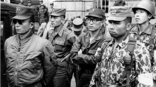 1961年「5・16軍事革命」の中心人物は朴槿恵大統領の父、朴正煕少将(写真左)らだった(写真:Fujifotos/アフロ)