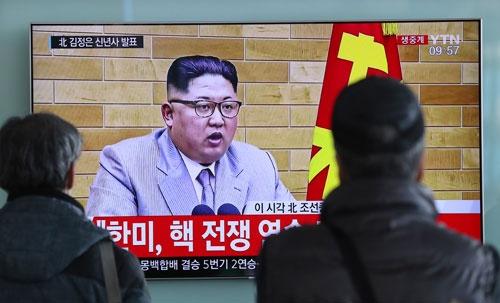 金正恩委員長は新年の辞で「平昌五輪に代表団派遣の用意がある。核のボタンは常に私の机の上にある」と発言した(写真:AP/アフロ)