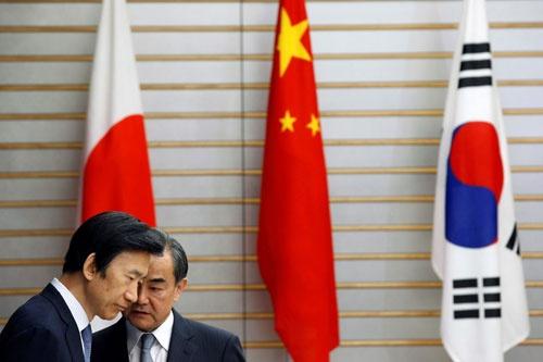 """日中両国からの""""お灸""""に韓国は対処できるのか(写真は昨年8月、日中韓外相会談の一コマ、写真:ロイター/アフロ)"""