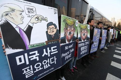 2月3日、マティス米国防長官と韓民求国防部長官が会談した国防部前ではTHAAD配備反対集会が(写真:YONHAP NEWS/アフロ)