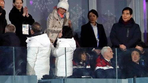 2月9日の平昌五輪開会式で、金与正氏に握手を求める文大統領、それを振り返って見る安倍首相、無視するペンス副大統領(写真:ロイター/アフロ)