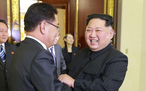 「南北融和」を満面の笑みで演出する金正恩委員長だが…(提供:KNS/KCNA/AFP/アフロ)
