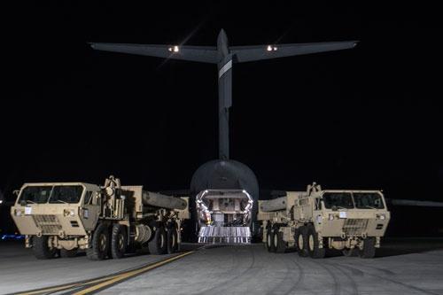 3月6日夜、米軍はTHAADの機材を韓国に持ち込み始めた(提供:U.S. Force Korea/AP/アフロ)