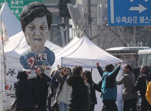 3月10日、韓国の憲法裁判所は朴槿恵大統領に対する弾劾訴追案を妥当と認めた(写真:YONHAP NEWS/アフロ)