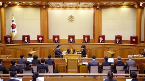 韓国の憲法裁判所は8人の裁判官全員の一致した意見として朴大統領の罷免を宣告した(写真:代表撮影/AP/アフロ)