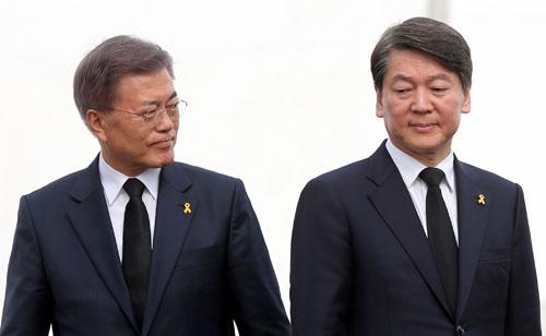 文在寅(左)と安哲秀、2人の大統領候補は韓国をどこへ導こうとしているのか(セウォル号事故3周年追悼式にて 写真:YONHAP NEWS/アフロ)