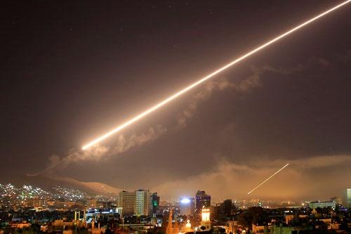 軍事攻撃を受けたシリアの首都ダマスカス上空で14日に確認されたミサイルの光(写真:AP/アフロ)