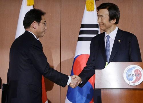 2015年12月28日、日韓の外相が従軍慰安婦問題で合意したが、先行きには暗雲が(写真:AP/アフロ)