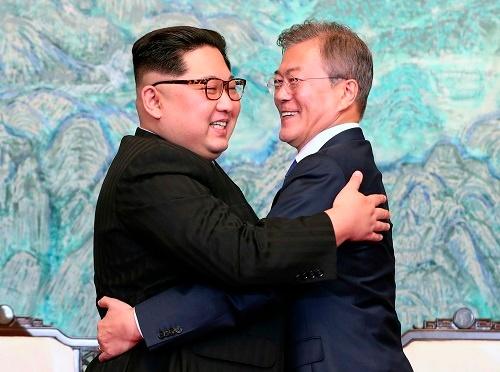 「板門店宣言」署名後に喜びを表現する両首脳(写真:代表撮影/AP/アフロ)