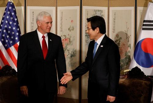 「北朝鮮の核問題を解決するためのすべての選択肢がテーブルの上にある」とする米国に対し、韓国は明確な支持を表明しない。ペンス副大統領と黄教安大統領代行の会談でも、進展はなし(写真:ロイター/アフロ)