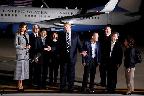 北朝鮮に解放された米国人3人を出迎えるトランプ大統領ら(写真:ロイター/アフロ)