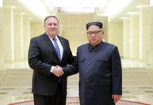 平壌で5月9日、握手を交わすポンペオ米国務長官(左)と金正恩・朝鮮労働党委員長(写真:KCNA/新華社/アフロ)