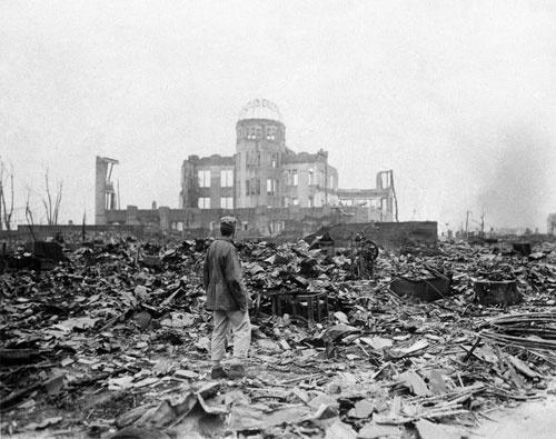 原爆で廃墟と化した広島。71年後のオバマ大統領の訪問は、「パンドラの箱」を開けることになるかもしれない(写真:AP/アフロ)