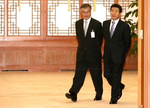 2007年、盧武鉉大統領(当時)の秘書室長として仕えた文在寅氏は、大統領としてその路線を踏襲するのか(写真:YONHAP NEWS/アフロ)