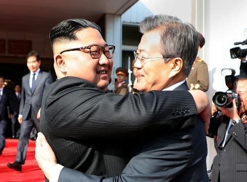 南北会談で抱擁を交わす金委員長(左)と文大統領(写真:The Presidential Blue House/ロイター/アフロ)