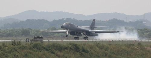 韓国政府筋が「米韓合同軍事演習の縮小」に言及する中、米国は戦略爆撃機「B-1B」を韓国に派遣。文在寅政権への怒りを示したと韓国では見られている(写真:YONHAP NEWS/アフロ 2016年9月撮影)