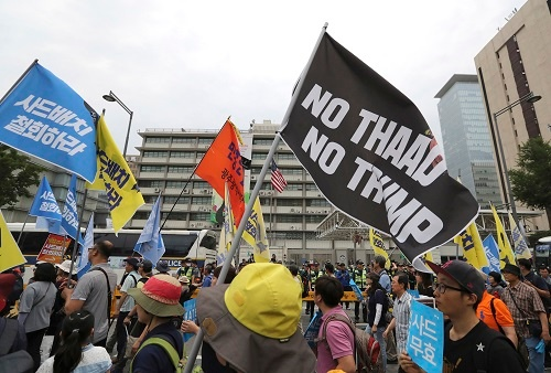 6月24日、THAAD配備反対派がソウルに集結。デモ隊の「米国大使館包囲」を裁判所が認可したのは初めて(写真:AP/アフロ)