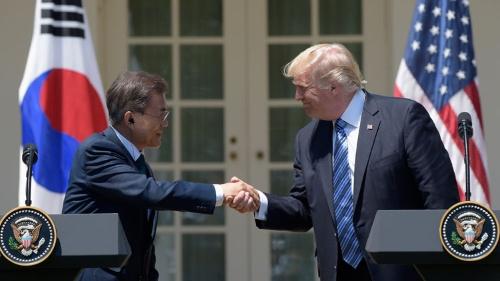 """「親北」文在寅大統領をひとまず「戦闘モード」に引き込んだトランプ大統領だが、その笑顔と握手の""""賞味期限""""は短そうだ(写真:AP/アフロ)"""