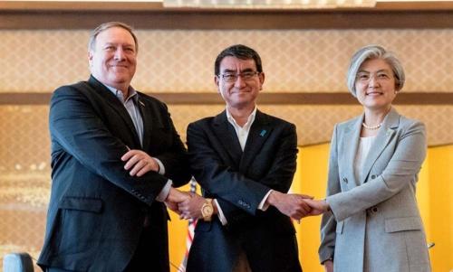 7月8日に会談したポンペオ米国務長官と河野太郎外相、康京和韓国外相。北の攻勢に押される米国に、日本、韓国は果たして……。(写真:代表撮影/ロイター/アフロ)