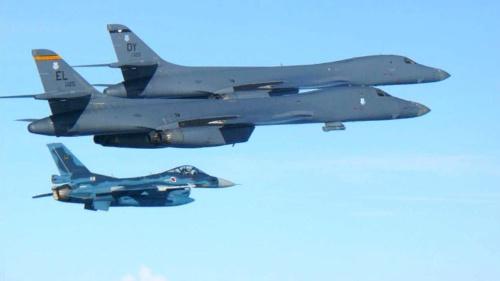 北朝鮮のICBM発射を受け、7月30日に米爆撃機B-1Bと自衛隊F2戦闘機が朝鮮半島南方で共同訓練を行った(提供:航空自衛隊/AP/アフロ)