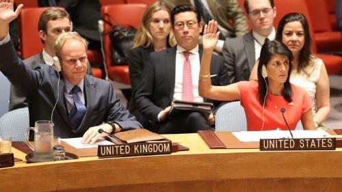 8月5日、国連安保理は新たな北朝鮮制裁決議を採択した。手前右側の挙手する女性は米国のヘイリー国連大使(写真:AP/アフロ)