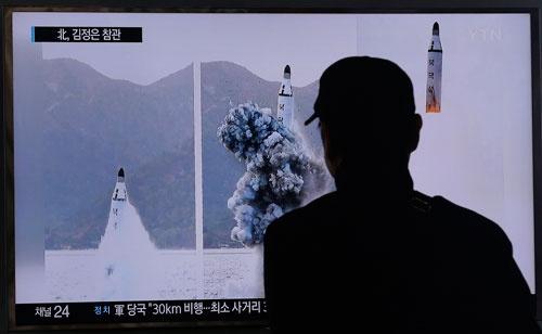 ソウル駅で北朝鮮のSLBM発射映像に見入る市民。「北の核」が韓国の世論を揺さぶる(写真:AP/アフロ)