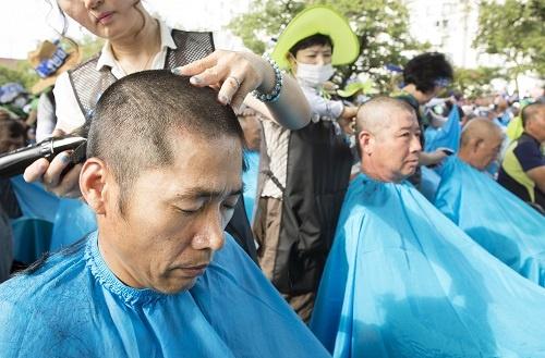 THAAD配備決定に抗議して断髪する星州の市民たち。韓国の国論分裂が進む(写真:Abaca/アフロ)