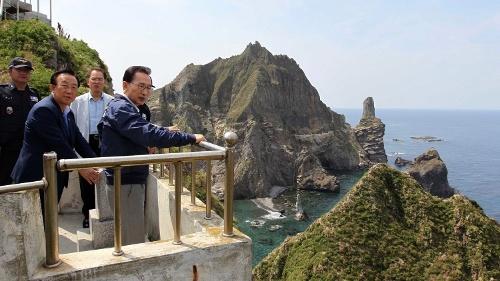 2012年8月10日、李明博大統領は竹島に上陸。前年に日本のスワップ枠のお陰で通貨危機を乗り切った後の掌返しだった(写真:代表撮影/AP/アフロ)
