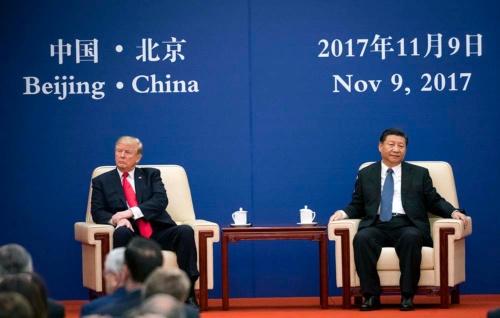 2017年11月に北京で開催されたビジネスフォーラムでそっぽを向いて座るトランプ大統領と習近平国家主席(写真:The New York Times/アフロ)