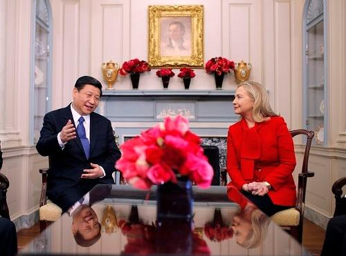 2012年、副主席だった習近平が訪米した際、国務長官だったヒラリーと会談した。ヒラリーが大統領になれば、アジア問題は「米中直接交渉」で対処する場面が増えるかもしれない(写真:AP/アフロ)