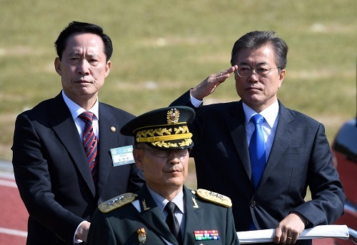 9月28日、 文在寅大統領は宋永武国防長官と並んでオープンカーで閲兵。「北朝鮮に断固たる姿勢を示すため」と説明されたが、その心中やいかに。(写真:代表撮影/ロイター/アフロ)
