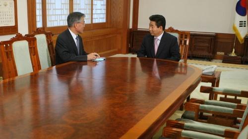 盧武鉉政権の中枢にいた文在寅大統領は、当時の「ムーディーズ格下げ」など米国の経済的恫喝の怖さを知っているが、現状、打てる手は少ない(写真:YONHAP NEWS/アフロ)