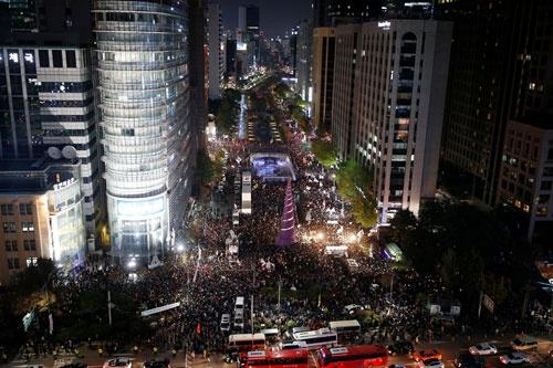 朴槿恵大統領の「国政壟断事件」への大規模な抗議デモが起きた。29日、ソウル中心部ではデモ隊が機動隊の阻止線を突破(写真:ロイター/アフロ)